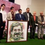 اهداي نقاشي از چهره ي مرحوم شيون فومني به خانواده اش در روز يادمان اين شاعر معاصر توسط هنرمندجوان فومني/عكس
