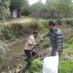 جمع آوري زباله هاي حاشيه رودخانه نرگستان به همت جوانان حامي محيط زيست/تصاوير