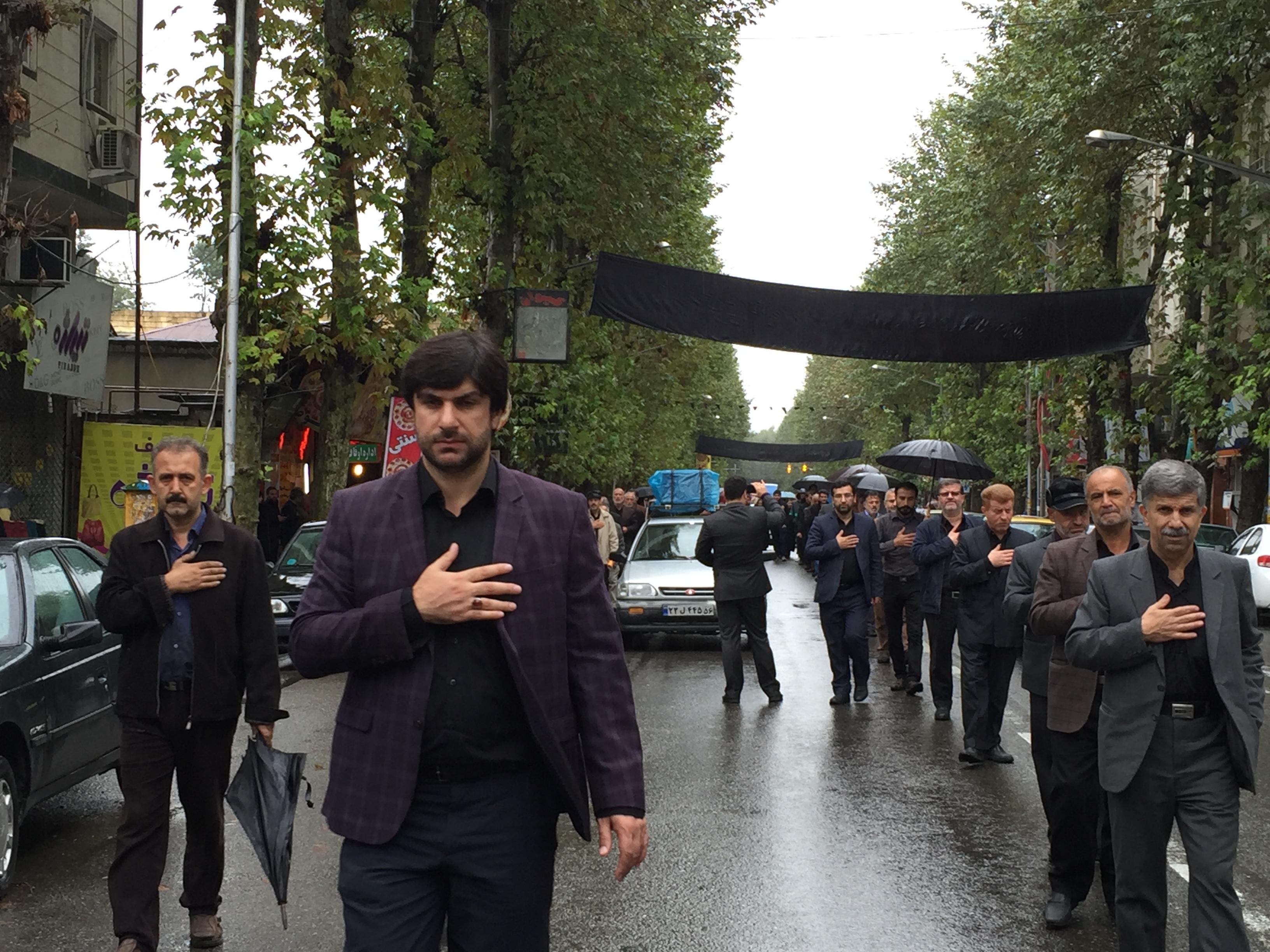 همزمان با روز شهادت امام سجاد (ع) برپايي دسته عزاداري بازاريان شهرستان فومن به روايت تصوير